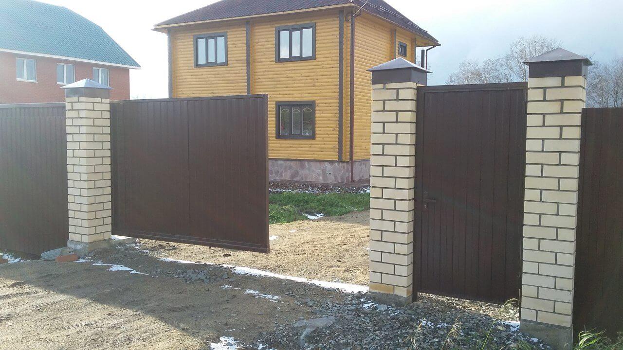 Откатные ворота с кирпичными столбами